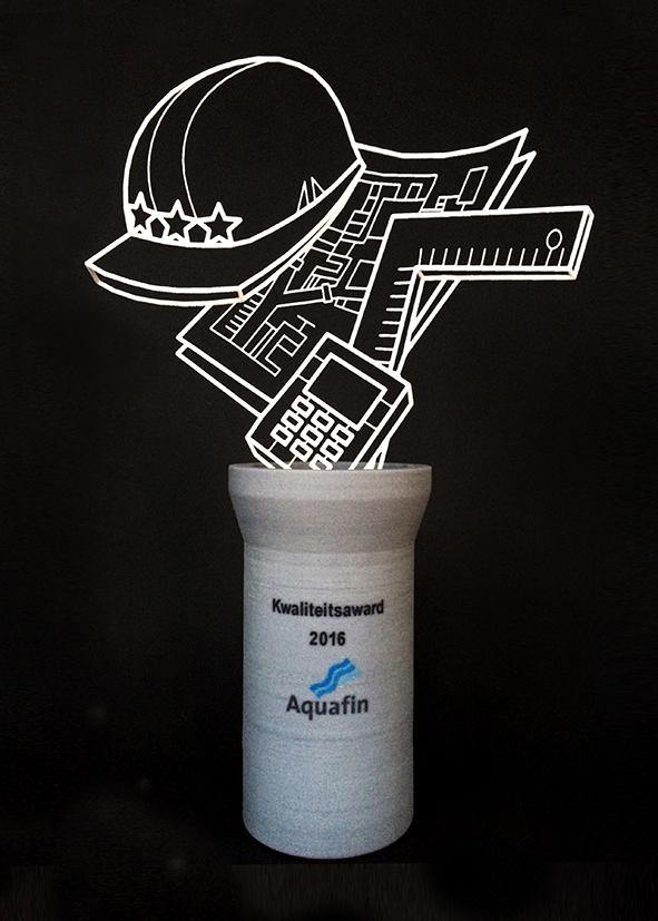 De Aquafin 'Kwaliteits Award', een in wit plastic 3D-geprint draadmodel van een helm, een bouwplan en verschillende ontwerp- en rekenwerktuigen op een in zandsteen 3D-geprinte voet in de vorm van een rioolbuis. Achtergrond is zwart.