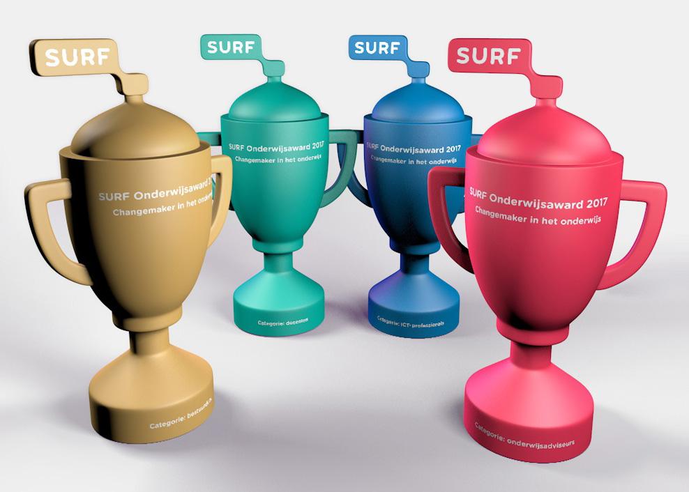 Digitale afbeelding van vier 3D-modellen voor de Surfnet Awards in verschillende kleuren en met witte tekst. Klassieke vorm trofee maar met het Surfnet-logo bovenop de deksel geplaatst.