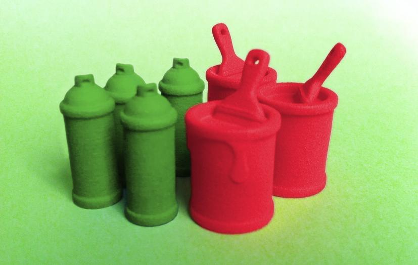 In rood en groen plastic 3D-geprinte speelstukken voor Streetopoly.