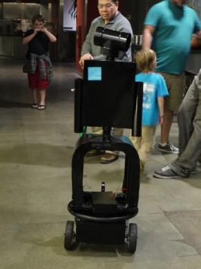 会場に走行してやってきたホビイスト製作のロボット