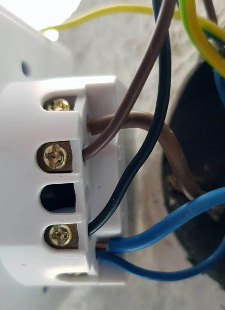 Het aansluiten van een elektronische rolluikschakelaar