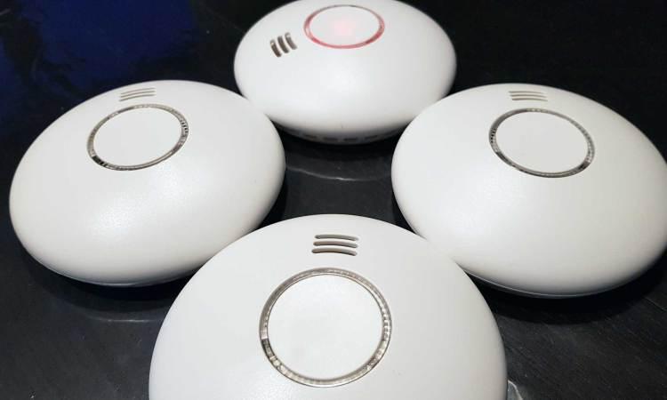 Vier gekoppelde rookmelders van het type Smartwares RM174RF