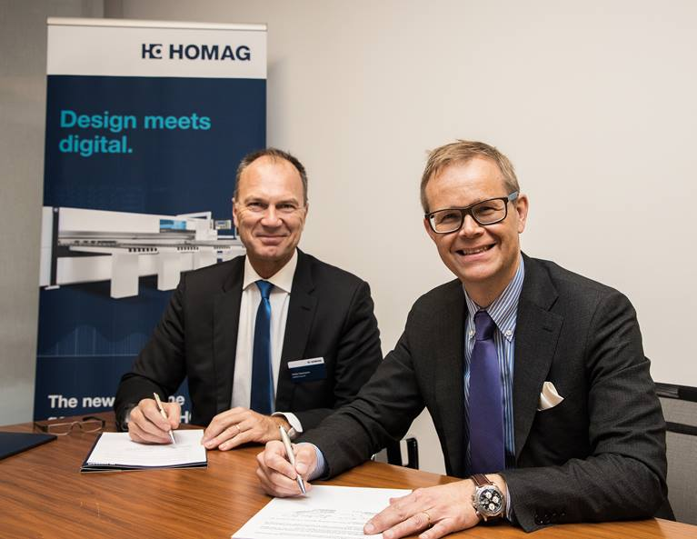 Stefan Lampa (right), CEO Kuka industries division, and Pekka Paasivaara, CEO Homag Group, sign the partnership document