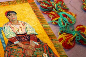 Vincent van Gogh - Portret van Italiaanse vrouw (Agostina Segatori, met de bijhorende gekleurde strengetjes wol, foto Loret Karman)