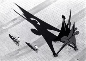 A pair bicycles past Alexander Calder's Five Disks One Empty at Princeton (foto Princeton University Archives)