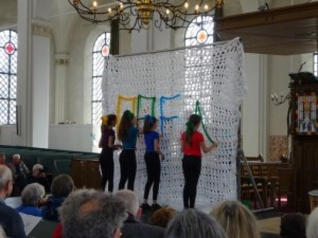 Leerlingen van het Fortes Lyceum verzorgen de opening van de expositie in de Grote Kerk in Gorinchem (foto Eline Lohman)