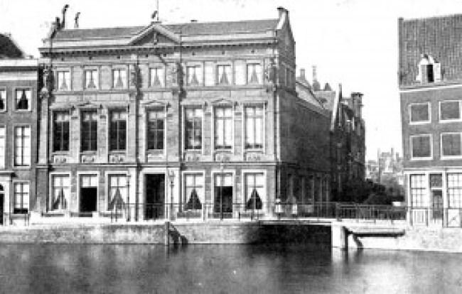 Arti et Amicitiae in de 19e eeuw aan het nog niet gedempte Rokin en Spui