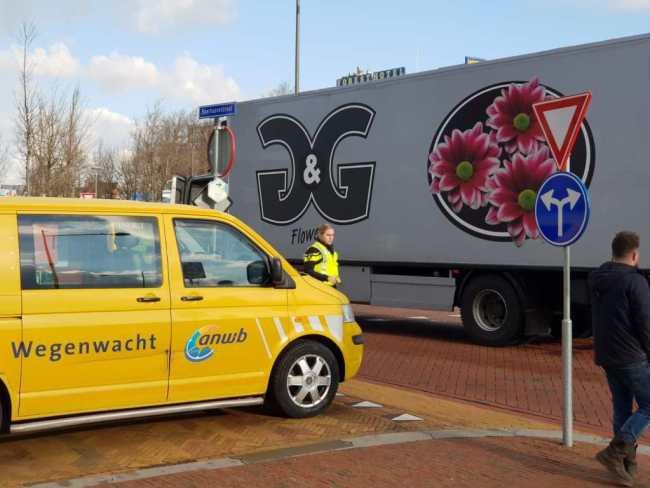 Vrachtwagen staat vast bij het Rob Scholte Museum op het stationsplein (foto DHA)