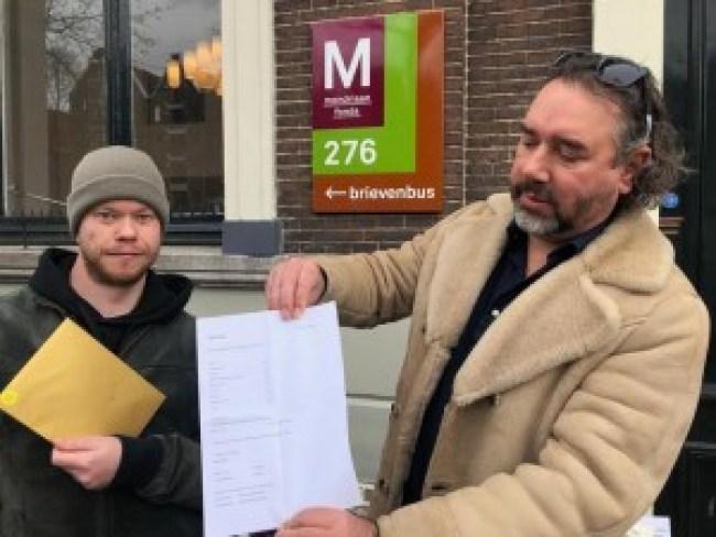 Jordy Koevoets & Ralph Posset met de rekening (foto Jan Pieter Ekker:Het Parool)