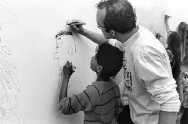 Kunstkijkuren at the Stedelijk with Keith Haring, Stedelijk Museum, Amsterdam, probably 17 of 18 March 1986, video recording on DVD (foto Stedelijk Museum library)