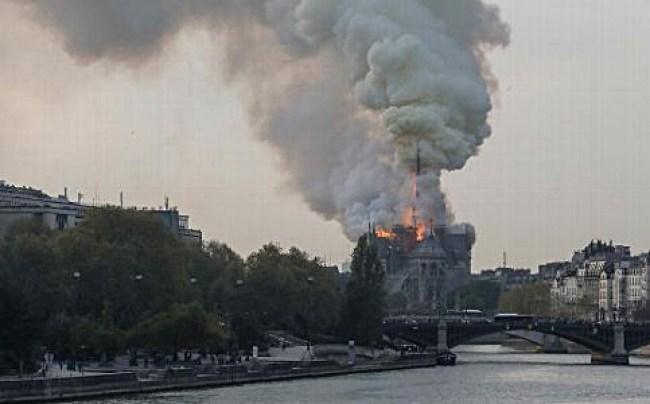 Burning Notre Dame (foto Jim Stone)