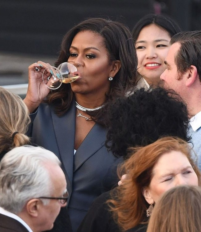 What Michelle was looking at, that was reflected in her wine glass (foto Jim Stone)