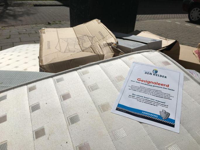 De sticker, die op gesignaleerd afval wordt geplakt (foto Suzanne Rijnja)