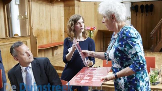 Marjolein Pepping overhandigt het manifest aan burgemeester Hafkamp onder toekijkend oog van commissaris koning Artthur van Dijk (foto Alef Starreveld)