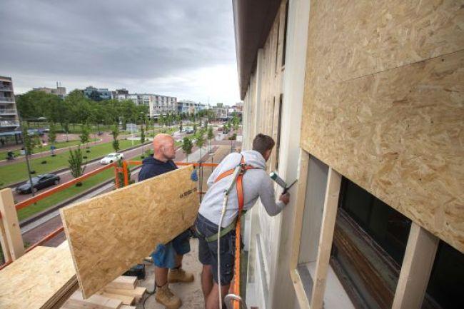 Sanering asbast begonnen in het voormalig postkantoor (foto Peter van Aalst)