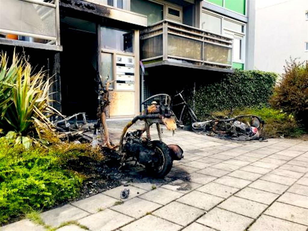 De ravage na de meest recente brand, op de voorgrond twee uitgebrande scooters, daarachter de restanten van een andere (foto Casper Duin|HMC)