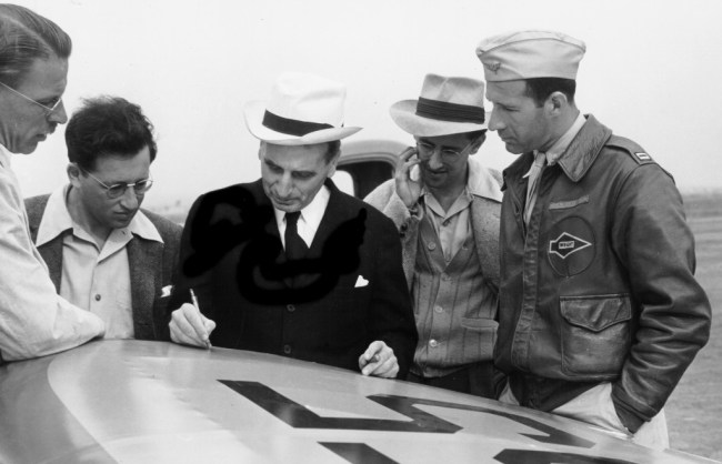 FRANK MALINA (HAT, GLASSES) LOOKS AS VON KáRMáN WORKS ON SKETCHES FOR A JATO DESIGN IN 1941 (foto JPL)