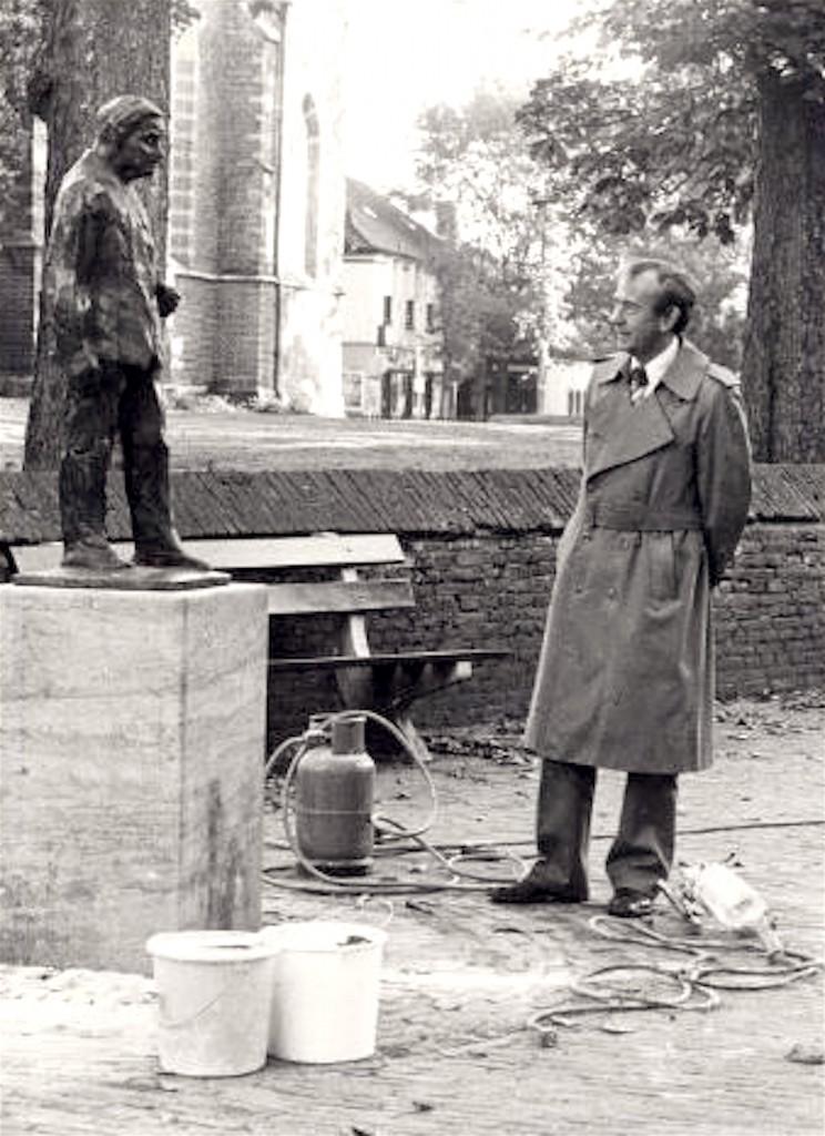 Bergense burgemeester Jan Ritsema voor het zojuist geplaatste beeldje van Adriaan Roland Holst bij de Ruïnekerk (foto Regionaal Archief Alkmaar)