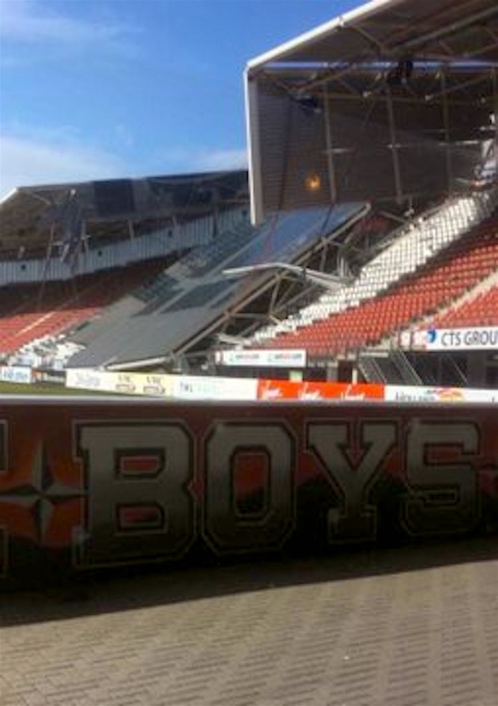 Een deel van het AFAS Stadion van AZ is vanmiddag ingezakt, 10 augustus 2019 (foto Ultrassnl Twitter)
