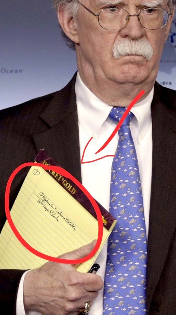 Read John Bolton's Legal Pad saying: '5.000 troups to Colombia' (foto Twitter)