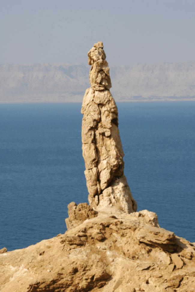 This salt pillar on Mount Sodom is nicknamed Lot's Wife (foto earthmagazine)