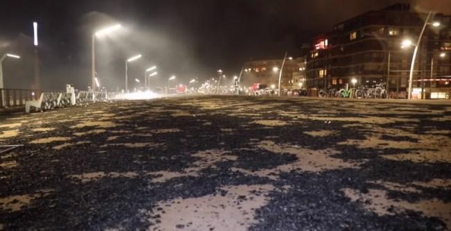 Zwart strand in Scheveningen (foto Dailynieuws.nl)