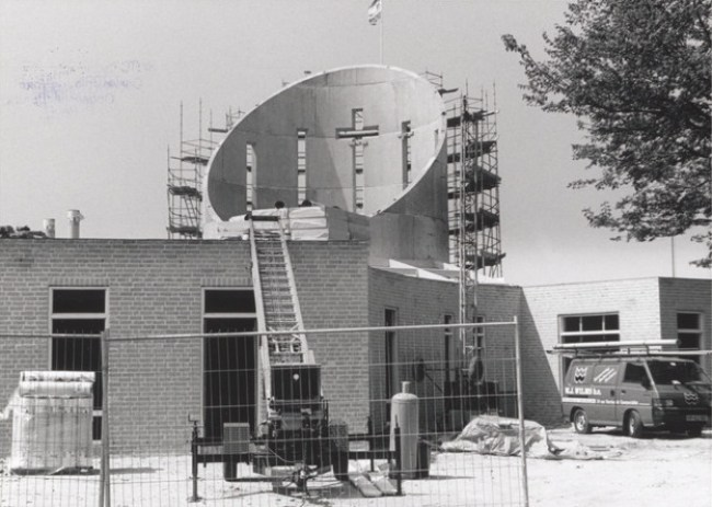 De Bethelkerk te Den Helder in aanbouw, 1997, ter vervanging van het oude kerkgebouw aan de Spoorstraat (foto Regionaal Archief Alkmaar)