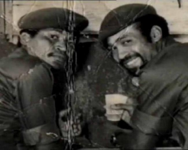 Desi Bouterse (rechts) met mede couppleger (foto Andere Tijden)