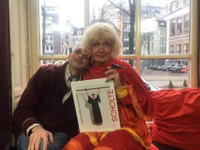 Jaap Holtzapfell met het Roofboek innig met Margreet Dolman (foto Facebook)
