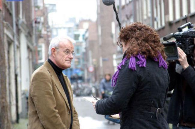 Karin de Groot van het Zesde Zintuig in gesprek met Amsterdamse oud politiecommissaris Joop van Riessen in de Laurierstraat (foto Hendrik Jan Korterink)