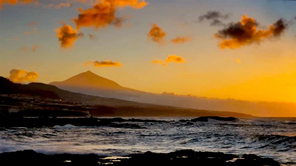Spain, Canary Islands, Tenerife, Punta del Hidalgo, view towards Bajamar and Teide (foto shutterstock.com)