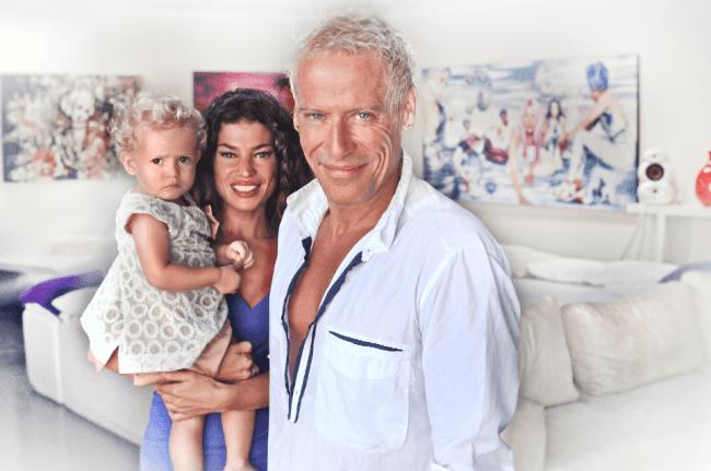 Micha Klein met zijn vrouw Ruzanna en dochtertje Zoe Joy in hun villa op Bali (foto Fiorenzo Nisi)