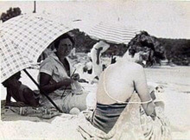 Sara Murphy wearing pearls at Cap d'Antibes beach, 1923