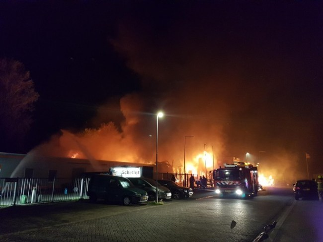 Brandweer bij grote uitslaande brand in auto en scooterbedrijf te Den Helder (foto NHD)