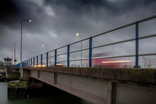 De Moormanbrug is de oeververbinding waar 80 procent van het marinepersoneel overheen fietst of rijdt (foto Peter van Aalst)