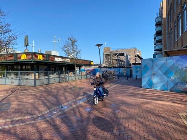 De huidige McDonald's verhuist naar een nieuwe locatie op een steenworp afstand (foto NHD)