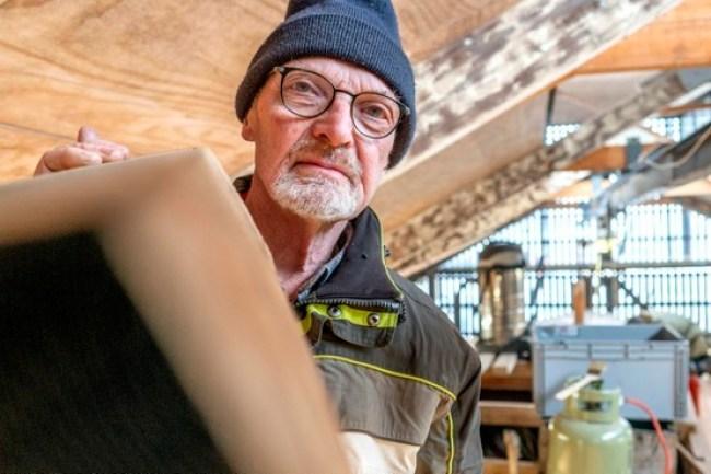 Dirk Reitsma aan het werk in de Medemblikker Loods waar oude schepen worden gerestaureerd (foto Peter van Aalst)