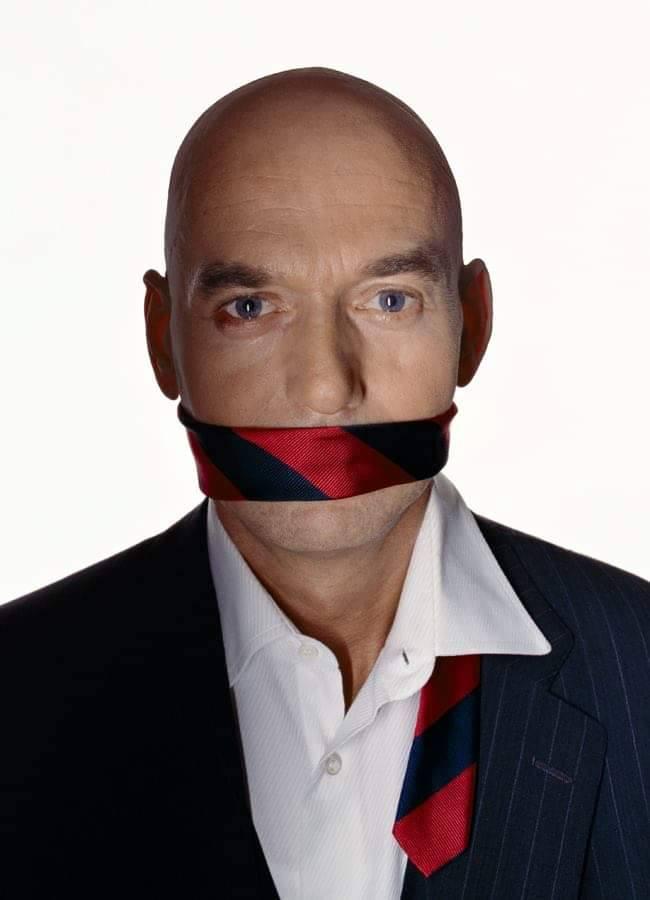 Pim, de mond gesnoerd met stropdas (foto Facebook)