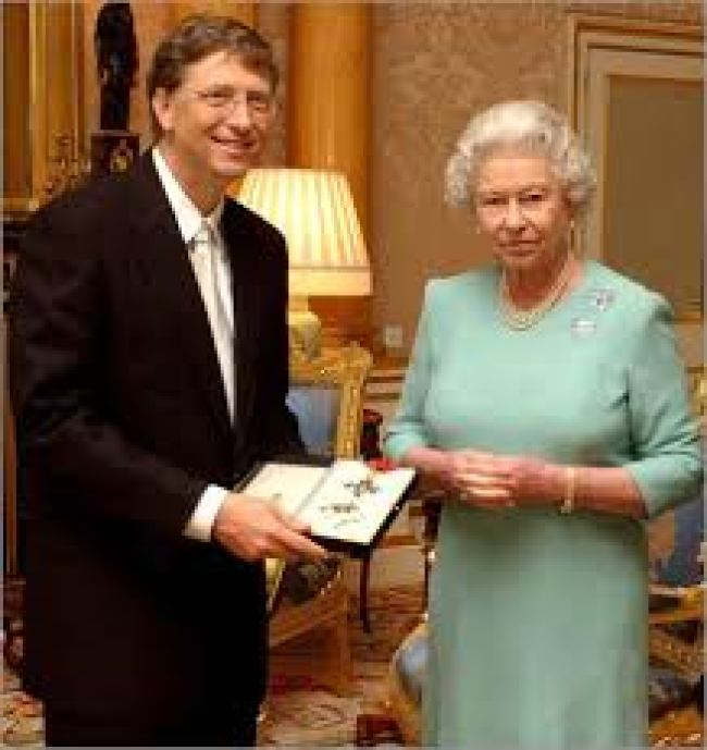 Bill Gates with her Majesty (fot Before It's News)