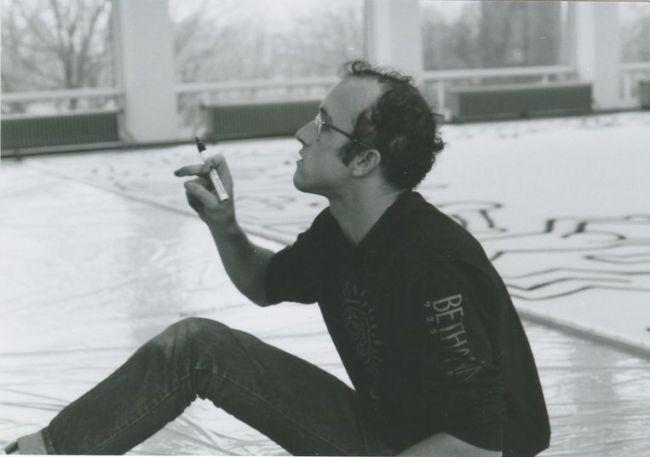 Haring aan het werk in Amsterdam aan zijn doek van 12 bij 20 meter lang (foto Chris Reinewald)