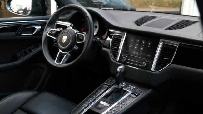 Leontine's Porsche interieur (foto Bekende Buren)