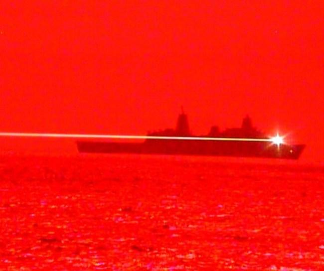 USS Portland (LPD 27) tests LWSD laser system ( (foto WeThePeopleFree)