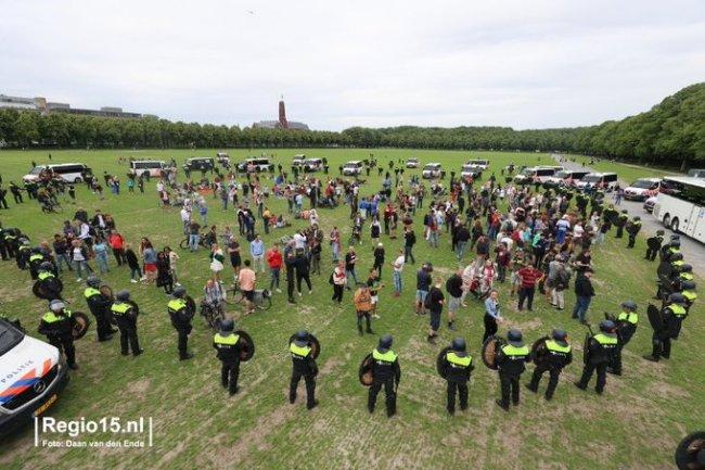 Anti lockdown protestanten omsingeld door politie en ME op het Malieveld (foto Twitter)