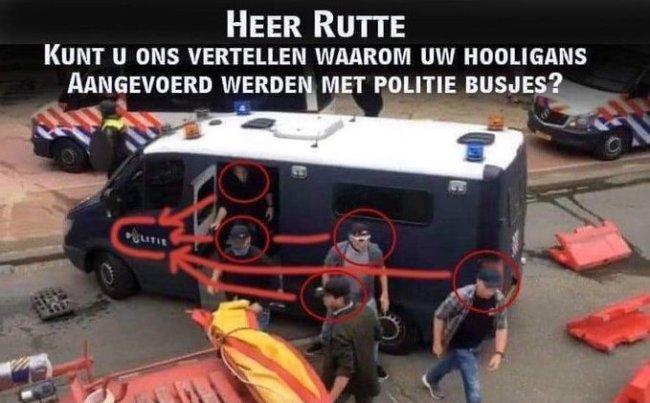 De doorgesnoven hooligans van Rutte komen op het Malieveld aan per politiebusje (foto Twitter)