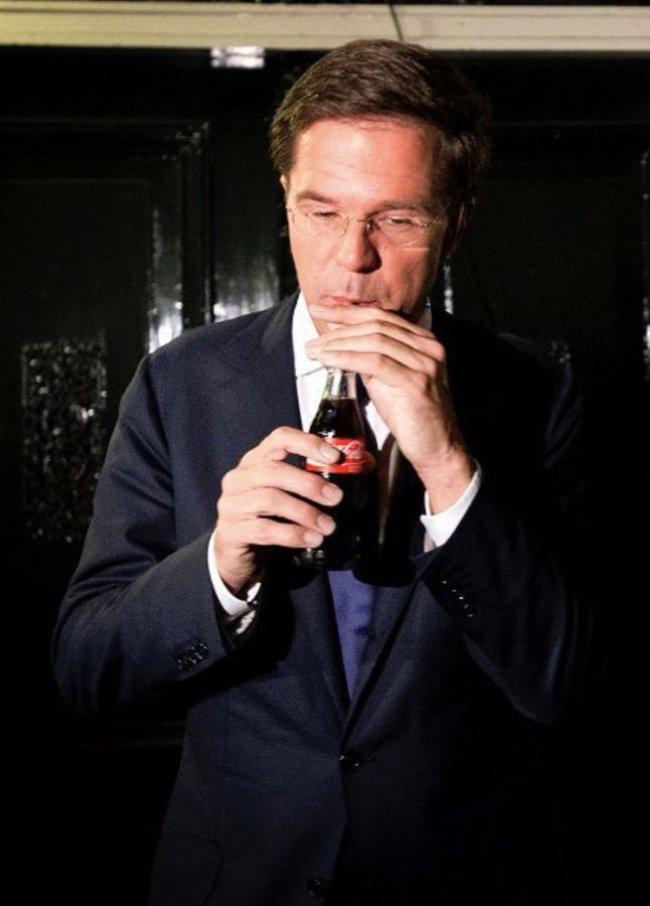 Drinkt Coca Cola met een rietje en houdt zijn flesje vast als een kind (foto Twitter)
