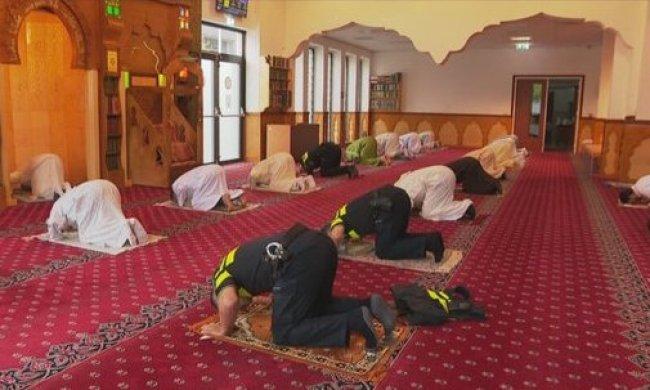 Politie in moskee (foto Twitter)