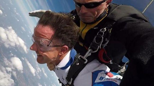 Rutte redt zich met de parachute (foto Pinterest)