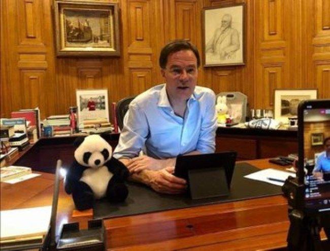 In het Torentje, prominent op zijn bureau een panda (foto Twitter)