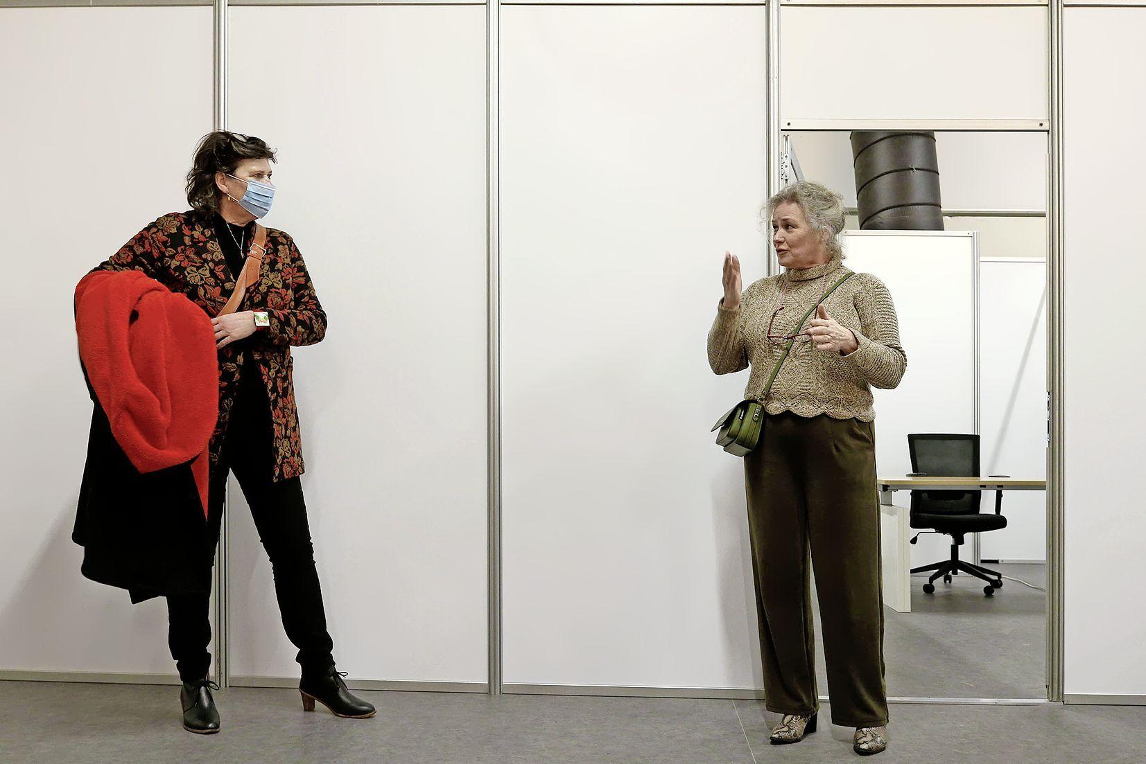 GGD directielid Gabrielle Geerdink (rechts) legt uit en burgemeester Rian van Dam luistert aandachtig (foto Marc Moussault)