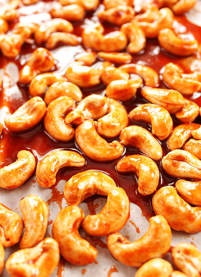 Sriracha Honey Roasted Cashews - A healthy snack recipe. EASY to make! Cashews, sriracha, and honey! | robustrecipes.com
